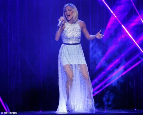 carrie perform2